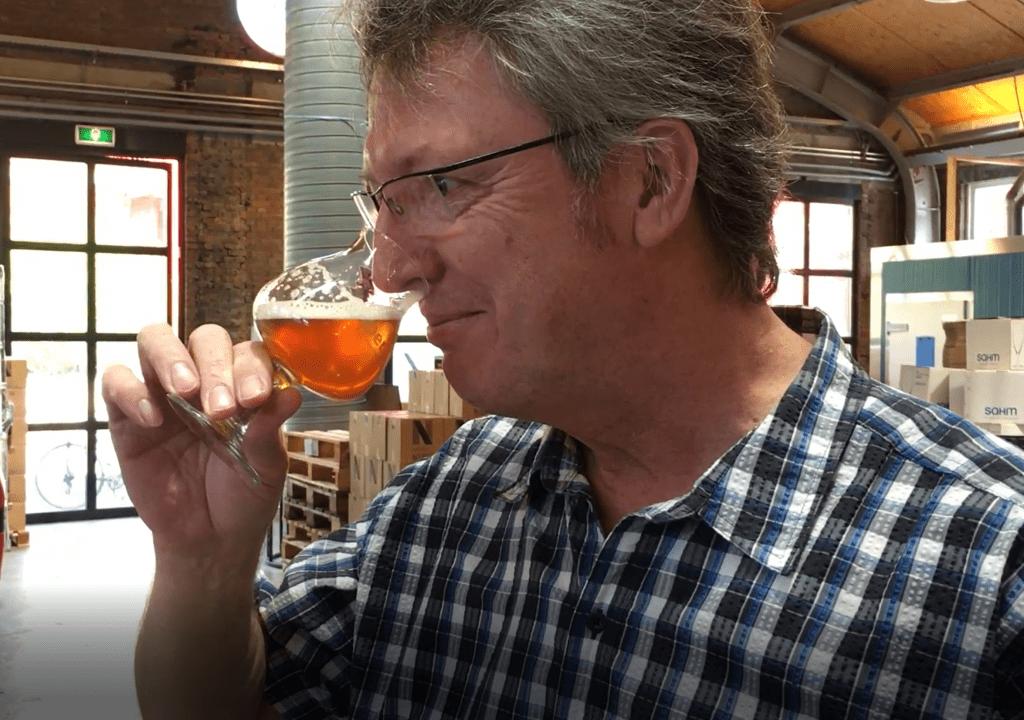 Derek keurt de eerste batch Synbier Platinum blond in 2016